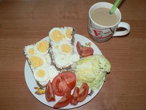 SNÍDANĚ: domácí vločkový chléb, trocha žervé, 1 vajíčko, zelenina, malé caro