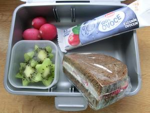 Chléb Darken s gervais a ředkvičkami, kiwi, ředkvičky, ovocná tyčinka