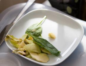 Davídek si sám nabral a prostřel k obědu - na talířek si dal jádřince a slupky od jablka a listy špenátu a připravil si k tomu nůž :-)