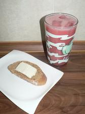 """SVAČINA: shake z jahod a rýžového """"mléka"""" s ledem (super osvěžující!), a na chuť plátek bagetky s kousíčkem řeckého sýra"""