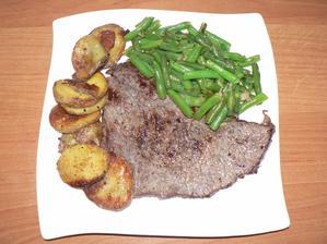 """OBĚD: (já i děti jsme stále nemocní, takže takový """"zdravý"""" oběd podle tatínka :-D) hovězí plátek, brambory pečené v troubě, fazolky s česnekem"""