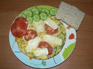VEČEŘE: (o tuto porci jsme se podělili s Nelinkou) vaječná omeleta ze dvou vajíček, pažitka, rajče, menší polovina hermelínu figura, knekebrot, zelenina
