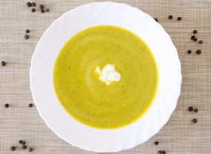 Cuketová polévka se zakysanou smetanou
