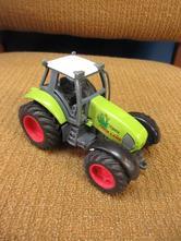 B002    kovový traktor,