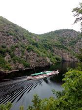 Den druhý, couráme po protějším břehu šéfem k přehradě Slapy. Vřele doporučuji NS Svatojánské proudy.