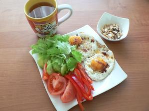 SNÍDANĚ: dvě volská oka, zelenina, oříšky, kojící čaj