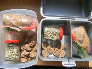 kornšpitz, gervais, salát, dětská šunka s 92% masa, rajče; slunečnicová semínka, biskiti