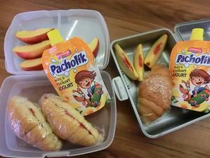 Máslový mini croissant s rybízovou marmeládou, vanilkový jogurt, nektarinka