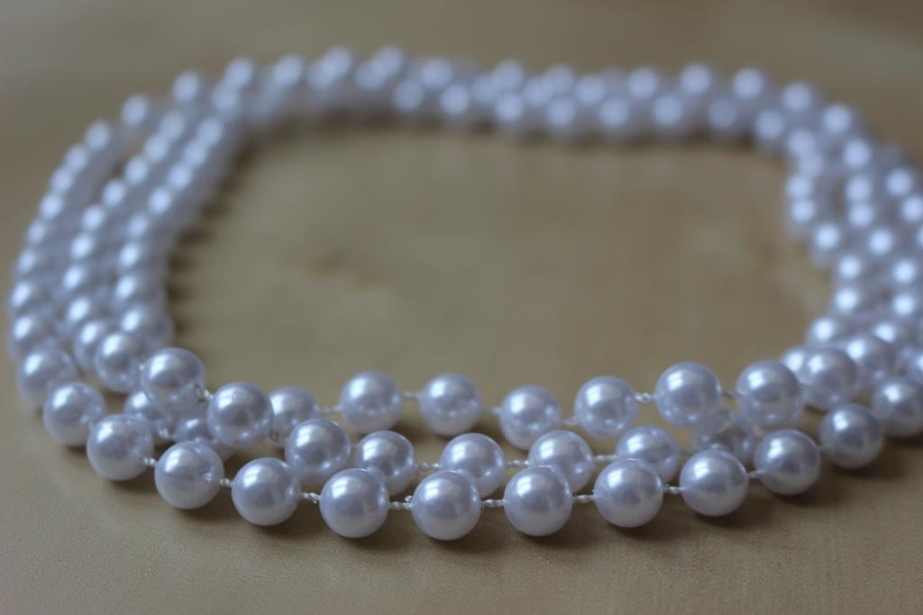 7b8b868ea Dlouhy náhrdelník - bílé perlové korálky, - 100 Kč Od prodejkyně  januliatko11   Dětský bazar   ModryKonik.cz