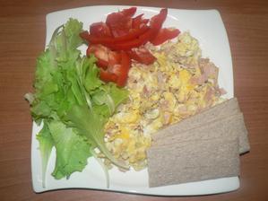 """VEČEŘE: míchaná vajíčka se šunkou, zelenina, pohankové """"knekebroty"""""""