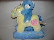 Plyšová hračka - medvídek na houpacím koníku,