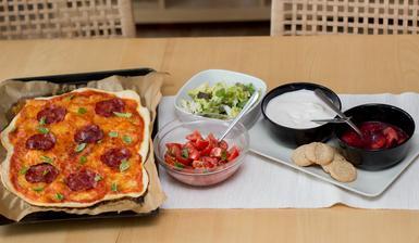 Cheaty pizza, dva saláty a dezert s ovocem - Jamie Oliver