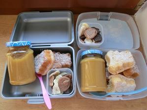 Domácí dýňovo-jablečná přesnídávka, domácí brumíky s jahodovou marmeládou a sušené banány v čokoládě