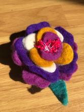 Brož ve tvaru květiny, vlněná,