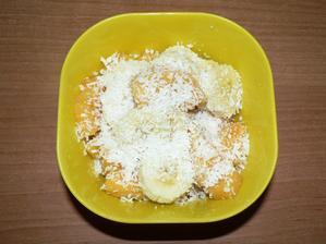 SVAČINA: banán, kaki, kokos
