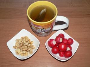 SVAČINA: ředkvičky, kešu, kojící čaj