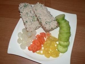 VEČEŘE: tuňáková pomazánka, polovina celozrnné bagety (60g), zelenina