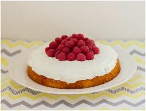 Svěží dort bez mouky s malinami a tvarohem
