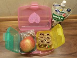 Palačinka s pomerančovou medutelou, jablíčko (tatínek ráno nakrájel), mléko a pár mandlí
