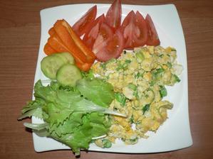 VEČEŘE: míchaná vajíčka s jarní cibulkou, zelenina
