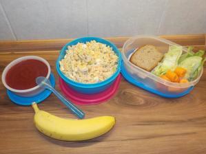 DEN MIMO DOMOV: DOPOSVÁČA: chia puding s jahodovým želé z agaru (+možná banán), OBĚD: těstovinový salát, ODPOSVÁČA: celožitný chléb s lučinou a kuřecí prsní šunkou, led.salát, mrkev