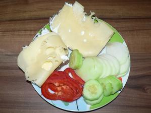 SNÍDANĚ: tmavý žitný chléb s gervais a sýrem 30%, zelenina