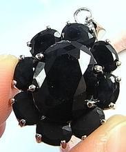 Stříbrný řetízek s černou květinou,