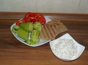 VEČEŘE - tvarohová pomazánka z pečeného kuřete, topinky na sucho z žitno-pšeničného chleba a zelenina