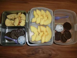 Emco sušenky kokosové, Milka snow ball a hodně jablíčka