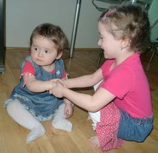 Anička gratuluje a Leontýnka přemýšlí, kam jsme jí odnesli muffinky :-D