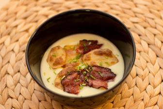 Bramborovo-pórková polévka se slaninou