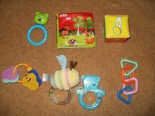 Hračky pro miminko + držáky na hračky,