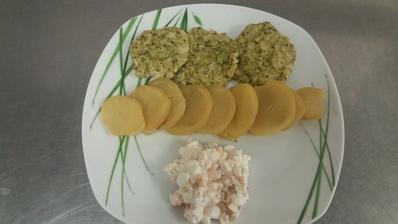 Brokolicove karbanatky se syrem,pecena brambora a pulka cottage