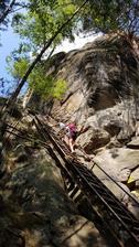 Začátkem srpna jsme vyrazili do Adršpachu,  zde stoupame na skalní hrad Střmen.