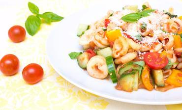 Těstoviny s rajčatovou omáčkou a zeleninou