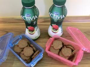 Domácí zdravé koka sušenky, activia nápoj