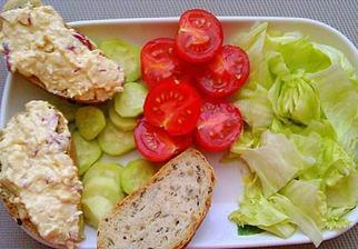 Pomazánka z balkánskeho syra, redkviciek ,masla a horčice
