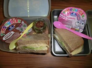 Chleba s máslem, salátem, kuřecí šunkou a goudou, tvaroháček, cereální lupínky
