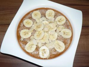 SNÍDANĚ: ovesná kaše a už v ní pokrájené sušené brusinky (měla jsem už opravdu malilinko) a lžíce burákového másla (nesoleného, neslazeného), s javorovým sirupem, banánem a mandličkami