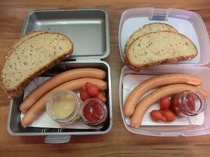 Zítra jdou se školou na houby a mají mít uzeninu na opékání: párky, lámankový chléb, kečup, hořčice, cherry rajčátka