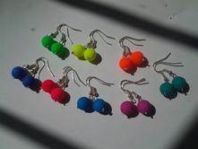 Neonové náušnice v různých barvách,