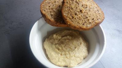 Cizrnova pomazanka+fitt chleba