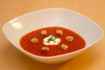 Polévka z červené řepy a rajčat, chlebové krutonky