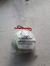 Soaphoria - BABICCINA ZAHRADKA- úžasná bomba do koupele....krásne voní v této bombě jsou i bylinky ....krásne hydratuje no prostě super bomba můžu doporučit ;)