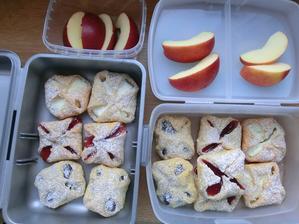 Domácí šátečky s čokoládou, marmeládou a tvarohem; jablíčko