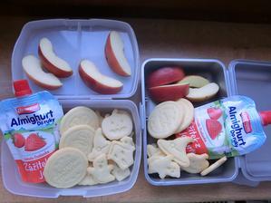Domácí máslové sušenky v halloweeském stylu, jablko, jogurt