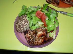 VEČEŘE: (první letošní grilovaná) kuřecí křidélka, kousek celozrnné housky, zelenina