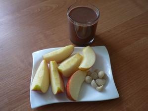 """SVAČINA: jablko, makadamiové oříšky, rýžovo-quinoové kakaové """"mléko"""""""