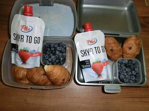 Skyr, meruňkové mini croissanty, borůvky