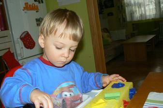 Dokonce ho bavilo i uklízení. Dával špendlíky do krabičky. :-)